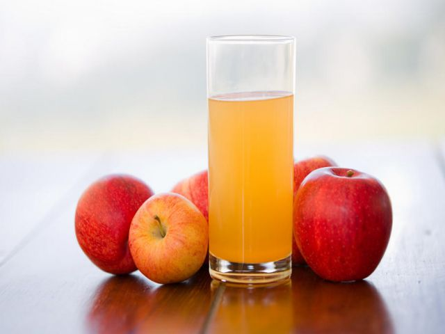 Một ly nước ép táo cho da đẹp hơn