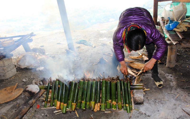 người dân tiến hành Nướng cơm lam